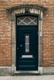 Porte bleue européenne classique à Bruges photos libres de droits