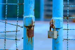 Porte bleue ouverte avec la serrure principale photos stock