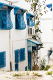 Porte blu, finestra e parete bianca di costruzione in Sidi Bou Said Immagine Stock Libera da Diritti