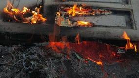 Porte brûlant dehors au sol banque de vidéos