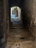 Porte cachée, village médiéval, Italie Image libre de droits