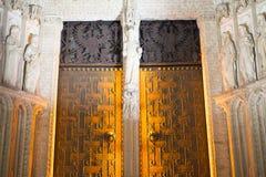 Porte, cathédrale de Toledo la nuit, beau bâtiment avec grand Images stock