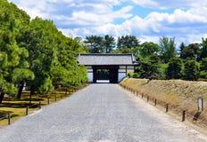 Porte, château japonais Photographie stock libre de droits