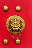 Porte chinoise avec une porte de main de lion Image libre de droits