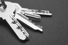 Porte-clés avec des clés en noir et blanc Copiez l'espace Photo stock