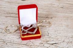 Porte-clés en acier de flèche et de coeur dans le boîte-cadeau Photographie stock