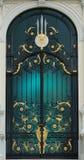 Porte classique en acier de noir et d'or dans le style de l'Europe avec le bâtiment blanc Images stock