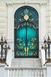 Porte classique en acier de noir et d'or dans le style de l'Europe avec le bâtiment blanc Image stock