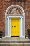 Porte classique jaune à Dublin, exemple de l'architecture typique géorgienne de Dublin, Irlande photographie stock libre de droits