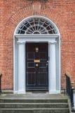 Porte classique noire à Dublin, exemple de l'architecture typique géorgienne de Dublin Ireland Images libres de droits