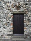 Porte cloutée en bois Photos libres de droits