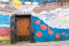 Porte colorée d'allée au Maroc photo stock