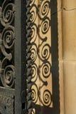Porte développée en spirales de balustrade de fer travaillé avec l'ombre Photos libres de droits