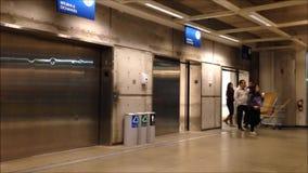 Porte d'apertura e di chiusura in elevatore moderno stock footage