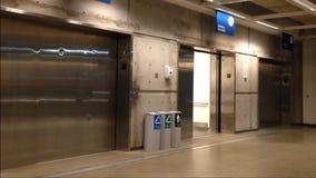 Porte d'apertura e di chiusura in elevatore moderno video d archivio