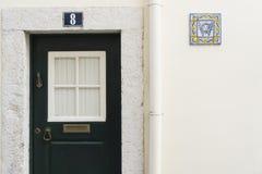 Porte d'entrée à une maison à Lisbonne image libre de droits