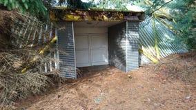 Porte d'entrée abandonnée par inconnu Photos stock