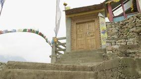 Porte d'entrée au monastère à haute altitude au Népal, village Prok, voyage de Manaslu banque de vidéos