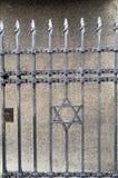 Porte d'entrée de fer travaillé à la République Tchèque de Prague de musée juif Images libres de droits