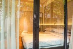 Porte d'entrée en verre avec le rideau à la chambre à coucher de luxe dans l'hôtel images libres de droits