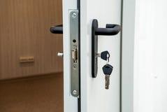 Porte d'entrée légère avec le handl images stock