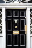 Porte d'entrée noire traditionnelle avec la boîte de lettre décorative en Dublin Ireland images libres de droits