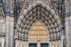 Porte d'entrée principale de l'église catholique de dôme de Cologne à Cologne Allemagne photographie stock libre de droits