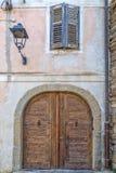Porte d'entrée d'un bâtiment antique dans la ville de Piran image libre de droits
