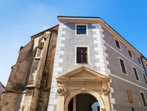 Porte d'église gothique de Clarissine à Bratislava Photo stock
