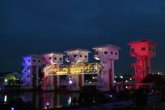 Porte d'inondation colorée de nuit Photographie stock libre de droits
