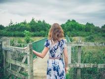 Porte d'ouverture de jeune femme dans le pays Images libres de droits