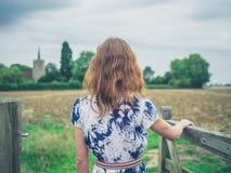 Porte d'ouverture de jeune femme dans le pays Photos stock