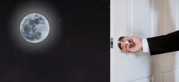 Porte d'ouverture de main d'homme d'affaires, au ciel nocturne avec la belles pleine lune et étoiles Photos stock