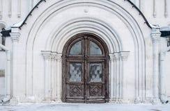 Porte d'un vieux temple orthodoxe images libres de droits