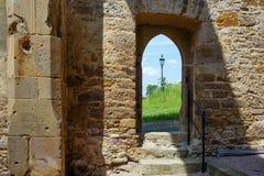Porte d'une ruine de chapelle et d'un réverbère Image stock