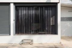 Porte d'usine avec le rideau en plastique transparent photos libres de droits