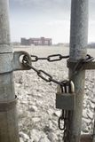 Porte d'usine de Chained+locked Photos stock