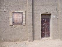 Porte dans Djenne, Mali Images libres de droits