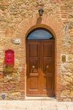 Porte dans la vieille maison Images stock
