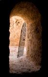 Porte dans le fort abandonné Photographie stock libre de droits