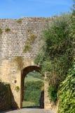 Porte dans le mur de ville du château de Monteriggioni tuscany l'Italie photo libre de droits