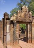 Porte dans le temple de Banteay Srei Photographie stock libre de droits