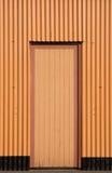 Porte dans un bâtiment d'ondulé-fer Photo libre de droits
