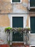 Porte dans un mur de maison à Venise Photos stock