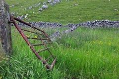 Porte dans un mur de pierres sèches dans Derbyshire Angleterre Photo libre de droits