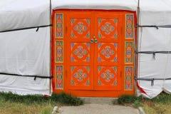 Porte décorée d'un Yurt mongol Photographie stock libre de droits
