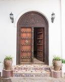 Porte découpée en bois dans la ville en pierre, Zanzibar Photographie stock libre de droits