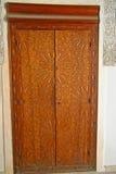 Porte découpée fleurie de cèdre chez le Madrasa Bou Inania à Fez, Moroc Image stock