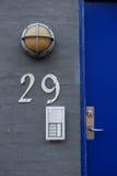 Porte de bâtiment avec la sécurité Image stock