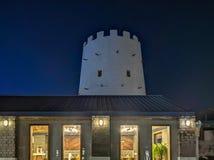 Porte de bâtiment historique de ville d'Abu Dhabi vieille la nuit à côté d'un héritage des Emirats Arabes Unis de restaurant photographie stock libre de droits